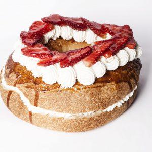 Bargueño relleno de nata con fresas frescas (ENVÍO SOLO MADRID CENTRO)