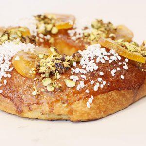 Bargueño relleno de foie grass y trufa, con topping de pistacho garrapiñado y naranja confitada.
